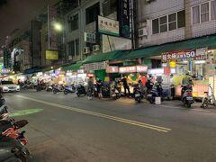 台湾旅行4日目の夜と5日目の旅行記です。  佛光山から無事に下山できて時刻は21時半ごろ。 アクシデントにより遅くなったので、昨日と同じ吉林夜市で夕飯を食べようかと思って高雄駅近くを歩いていたら、シニアの日本人グループから「エクスキューズミー」と声をかけられました。  吉林夜市の行き方を聞かれたので一緒に向かいました。 ツアーではなく個人手配で2泊3日で成田桃園発着で高雄1泊台北1泊というスケジュールで… 1日目はほぼ移動で終わったという…そりゃそうだ…  食べ物屋だけの吉林夜市を見て「これだけですか?」と聞かれました。  タクシーに押し込み六合夜市に連れて行きたい気持ちになったけど、我慢してここでお別れしました。