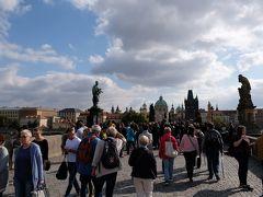 カレル橋  ヴルタヴァ川を挟んで西にはプラハ城、東側には旧市街地が広がります。 旧市街地方面へ向かい渡ります。