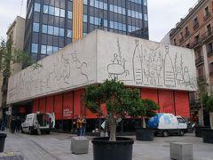 そしてこちらはカテドラルの前にあるカタルーニャ建築協会。 この建物の上部の落書きはピカソの落書き(笑)。 こういうのが出てくるのがこの街の面白さ。