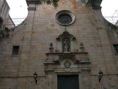 入り組んだ路地を歩いて辿り着いたのはサン・フェリペ・ネリ教会。 ガウディが通っていた教会でもある。 残念ながら入口は閉ざされていたので中には入れない。 外壁に下の部分に残るのはスペイン内戦時に銃弾の跡。 こんな街中なのに激しい銃撃戦があった事が伺える。