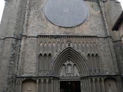 その広場のすぐ横に建っていたのがサンタ・マリア・デル・ピ教会。 中に入ろうとすると入場料4.5ユーロが必要とのこと。 クチコミでは無料と書いている人もいたのでおそらく最近有料化されたと思われる。 そこまで見たい教会でもなかったので内部の見学はパス。