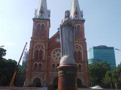 再び歩いてサイゴン大聖堂へ。裏側は工事中でした。
