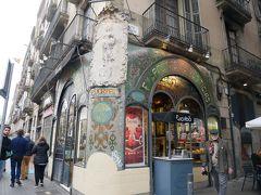 そこから少し歩いた所にあったこちらもいかにもモデルニスモ建築な建物Antigua Casa Figueras。 現在はお菓子屋さんとして使われている。