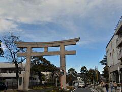 鎌倉警察署を出るとすぐに大鳥居です。