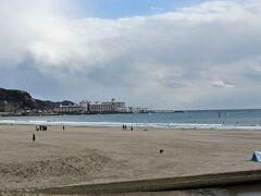 由比ガ浜海岸はご覧の通り。 晴天時のこの時期はもう少し人手が・・・・。  奥は逗子マリーナです。
