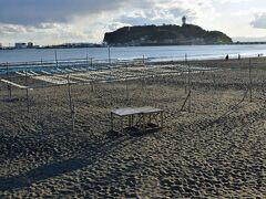 腰越の海岸は閑散としています。