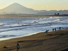 鵠沼橋を過ぎると従来の砂浜が広がります。