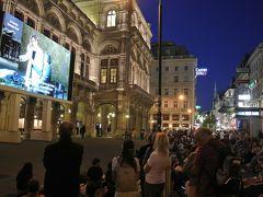 歌劇場に19時40分頃到着,広場には既に大勢の人たちが椅子に座っていてほぼ満席.他は地べたに座ったり,立ち見で鑑賞していました.とりあえず私たちも立ち見で鑑賞します.