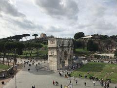 コロッセオの2階からコンスタンティヌスの凱旋門を見下ろします。 相方がパリの凱旋門の方が大きいとか言って、いや時代が違うって…。