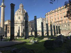 セプティミウスの凱旋門と元老院議事堂は補修中。その横を抜けていくと、カエサルのフォロ。