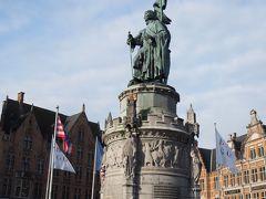 マルクト広場にあるこの銅像。撮影した角度が悪く1名しか見えませんが、フランスの騎士軍を破ったブルージュの英雄、ヤン・ブレーデルとピーテル・デ・コーニングの両名となります。