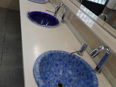 トイレの洗面台もカラフルな陶磁器。