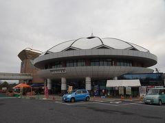 再び岐阜県に入り、やって来たのは道の駅「土岐美濃焼街道どんぶり会館」。 名前の通り巨大などんぶり型をした建物です。
