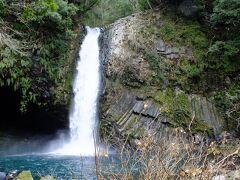 思ったほど落差は無いですが水量は多いですね。 綺麗な水の滝です。
