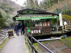 滝のスバには土産物屋とわさび田があります。
