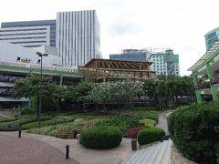 アヤラから中庭を挟んで、手前側がレストンビル「The Terras」。