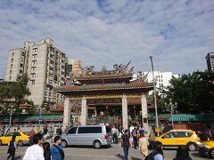 胡椒餅を堪能したら、龍山寺へ。10時半頃でしたが、多くの人で賑わっていました。