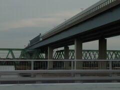 隅田川を電車が走っています。  荷物を降ろして片付けしてと・・・。 やはり日が暮れてしまいました・・・(ノ∀`)