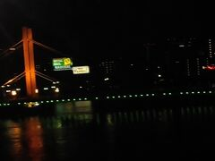 ライトアップされた橋が