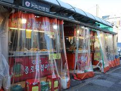 東大門総合市場の前には食べ物の屋台がいっぱいありました。