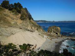 田牛(とうじ)サンドスキー場が見えてきました。 風によって運ばれてきた砂が、岩場に沿うように堆積してこのような光景に!