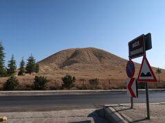 ぽっこりした山の前でバスが停まりました。 ゴルディオンに到着です。 ゴルディオンは、紀元前8世紀頃に栄えたフリュギア王国の首都だった地です。