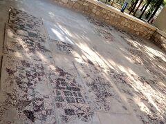 古墳の横には小さな博物館もありますが、2019年9月時点では 修復のためクローズされていました。 屋外にある紀元前のオリジナルのモザイクの見学は可能でした。  ゴルディオンの遺跡には、私達の他には観光客はおらず 古墳の中に入る扉も閉まっていました。 トルコ人ガイドさんが職員に連絡をして、扉を開けてもらえましたが 個人でここに来ても、さっぱりわからなかったと思います。 お話もよくわかりましたし歴史に詳しいガイドさんと一緒で良かったです。