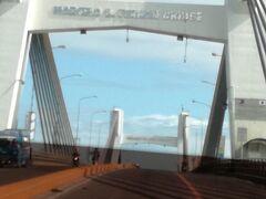 ニューブリッジは、正式には「マルセロ フェルナン橋」。 日本のODA支援をによって造られました。  20分くらいでホテルに到着です。 メーターは230P弱でしたが300P渡しました。