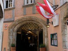 グリーヒェンバイスル  入口にある紅白の旗は、歴史ある建物で以前に著名な方々が暮らしていたことを表すものだそうです。プレートにはその説明が記されており、ナンバーがふられています。検索して気になる所を巡っても良いかと。