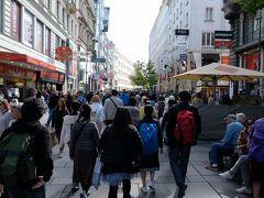 ケルントナー通りを南下します。 この辺一帯の通りは歩行者専用で、人も多く集まります。