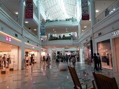 ホテルに戻る前に、Ayalaセンターにやって来ました。 地下の通路を進みます。