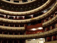 いよいよ大ホールに入ります。 高い天井と円形に配されたボックスシートみたいな観覧席に圧倒されます。