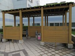 高雄国際空港出発ロビー階の外に立派な喫煙所があり、とりあえず一服。