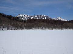 凍結・積雪の小鳥ヶ池と戸隠連峰