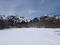 雪道を30分ほど歩くと鏡池に到着! 右が戸隠山、左は本院岳・西岳でしょうか。