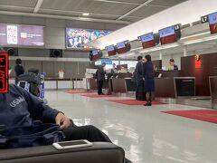 成田空港に到着してスーツケース預けて、さっ保安検査と思ったら、GHさんから「先日の欠航便のお支払いがありますのでちょっとお待ちください」と、すっかり忘れてた晴れ男。  多良間宮古便欠航で負担したお昼代と駐車場代いただきました。 有給休暇は返してもらえません。(泣)