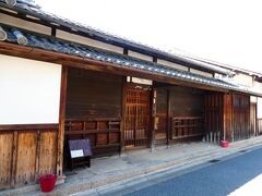 向かいの藤岡家住宅は江戸時代の商家。重要文化財。 外からの見学のみ可。