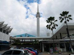 次は国立モスク、ここも無料で見学できます。 73メートルもある高いミナレットで、開いた傘のようなブルーの屋根が印象的です。