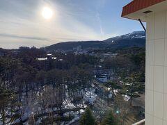 草津温泉にやってきました。 暖冬で記録的な雪の少なさです。スキー場も休止です。