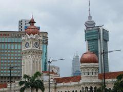 旧連邦事務局ビル、上部の丸いキューポラが目印、欧米の様式が入り交ざっていて、マレーシアの植民地時代を象徴する建物になっている。  何気にKLタワーもペトロナスツインタワーも入っています。 もっと天気が良かったらなあ…