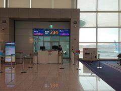 仁川空港到着は沖止めでした・・・。時間がないのに。 国際線乗り換えの案内板に従って、またまた手荷物検査。ペットボトルは没収です。