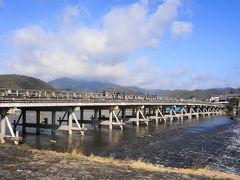 亀山上皇が橋の上を移動していく月を眺めて「くまなき月の渡るに似る」と言ったことから渡月橋と名付けられたとされます。