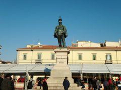 ロータリーのある広場に出ました。 ヴィットリオ・エマヌエーレ2世の銅像が立っています。 この広場はテントが立っていて、何かイヴェントをやってる感じでした。