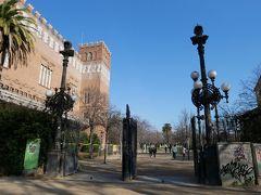 こちらがシウタデリャ公園。 元はこの場所に18世紀のスペイン王位継承戦争で敗北したバルセロナを監視するため、1718年にスペイン国王フェリペ5世が星型の大きな要塞を建てて、一時は軍の刑務所として利用されたりもしたけど1869年に要塞の解体が決定。 その後、1888年のバルセロナ万博を機に公園として生まれ変わったんだとか。
