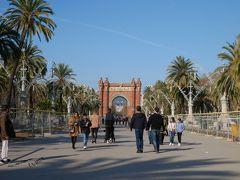 バルセロナの凱旋門が見える。 この凱旋門は1888年の入場門として地元カタルーニャの建築家Josep Vilasecaの設計により作られましたもの。 有名なパリの凱旋門やヨーロッパの他の国の凱旋門の様に戦いの勝利を讃える物では無くあくまでも万博の為だった事もあり材料は安価なレンガできているのが特徴。 また、建設当時に流行しバルセロナの他の建築にも多く見かけられる、アラブ文化の影響が濃いネオ・ムデハル様式で建てられているのも面白い。 近くで見たいなぁ…と思ったけど結構距離がありそうなのでここから見るだけにしておく。
