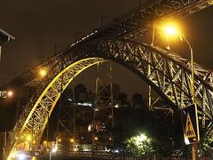 試飲の後、バス停に向かう途中で ドンルイス1世橋。 橋は下から見ても美しい。