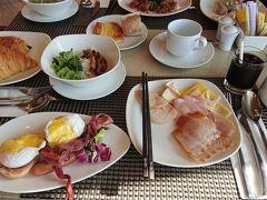 朝食盛りだくさんです。 エッグベネディクトや多分ブンチャー?、パンも美味しかった。 アイスのベトナムコーヒーもありました。