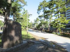 綾瀬川沿いに整備された草加松原遊歩道に戻り、散策開始。 草加松原遊歩道に造られている太鼓橋・百代橋のたもとに造られている松尾芭蕉文学碑へ。 旅に出た松尾芭蕉が書いた奥の細道の中で、最初に登場する宿場が草加です。 碑には奥の細道に書かれている文章の一部が刻まれています。 大きく発展した草加を、芭蕉はどう感じ表現するのか、尋ねてみたい気がしました。