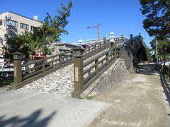 """草加松原遊歩道に造られている63mほどある百代橋。 松尾芭蕉の、""""月日は百代の過客にして""""で始まる奥の細道から名をとった橋です。コンクリート製の橋ですが、焦げ茶色に塗られ、周辺に植えられたたくさんの松と一体化して趣が感じられます。橋の中央には松ぽっくりも描かれています。同じ遊歩道に造られている矢立橋とともに、草加を象徴する橋だと思います。"""