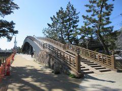 """百代橋とともに、綾瀬川沿いに整備されている草加松原遊歩道に造られている矢立橋。 松尾芭蕉の奥の細道に出てくる""""行く春や鳥啼き魚の目は泪、これを矢立の初めとして""""にちなんで名付けられました。橋からは松並木や綾瀬川を見下ろせ、橋の最も高い所からは、雪をかぶった富士山も眺められました。地元のお年寄りがカメラ片手に富士山を写しているのが印象的でした。"""